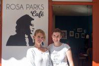 zwei junge Frauen vor dem Café