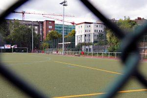Das Sportplatz in der Stralsunder Straße. Rechts neben dem Spielfeld entsteht das Vikihaus. Foto: D. Hensel