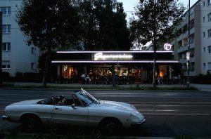Außenansicht des Supersonico in der Bernauer Straße mit parkendem Cabrio. Foto: Dominique Hensel