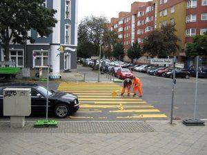 Der provisorische Zebrastreifen in der Usedomer Straße wird ausgebessert. Foto: Hensel
