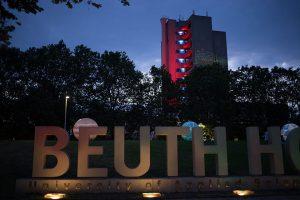Beuth Hochschule Schriftzuge und beleuchtetes Hochhaus