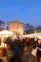 Besucher auf dem Weihnachtlichen Weddingmarkt vor der Nazarethkirche