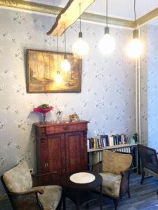 Jugendstil-Schrank im Antik Café in der Nazarethkirchstraße. Foto: Andreas Oertel