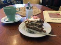 Ein Stück Kuchen im Antik Café in der Nazarethkirchstraße. Foto: Andreas Oertel