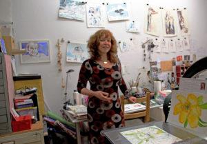 Die Künstlerin Susanne Haun ist Gastgeberin des KunstSalons. Foto: Hensel