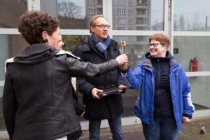 Wiesel-Vereinschefin Susanne Bürger (rechts) udn Schulleiterin Jane Natz bekommen den symbolischen Hallenschlüssel für die Sporthalle Wiesenstraße von Carsten Spallek. Foto: Bianca Bürger