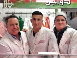 Youcef Haroun und seine Familie in der Fleischerei Haroun. Foto: Samuel Orsenne