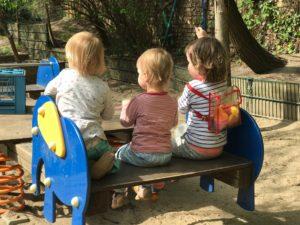 Kinder auf einer Wippe in einer Kita