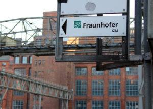 Ein Schild weißt auf dem AEG-Gelände in den Weg zum Fraunhofer IZM. Foto: Hensel