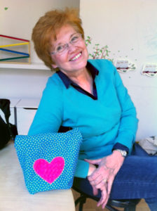 Eine Teilnehmerin des Nähcafés mit einem selbstgenähten Lunch Bag. Foto: D. Hensel