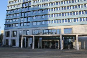 Nicht gerade um die Ecke: das Rathaus Mitte in der Karl-Marx-Allee. Foto: Hensel