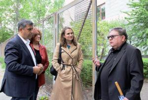 Schulleiter Andreas Huth (r.) begrüßt Raed Saleh (v.l.), Ana-Anica Waldeck und Maja Lasic. Foto: Hensel