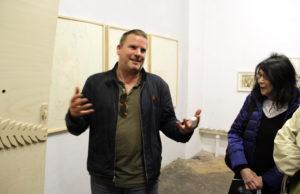 Der Künstler Frederik Foert führt durch die Ausstellung im Kulturpalast Wedding. Foto: Hensel