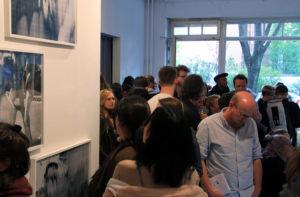 Voll war es bei der Vernissage im OKK Raum in der Prinzenallee. Foto: Hensel