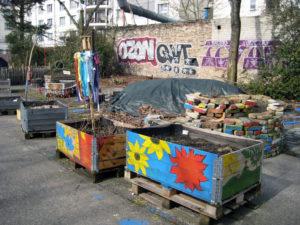 """Bemalte Hochbeete im Garten """"Rote Beete"""". Foto: Hensel"""