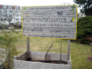 An der Müllerstraße lädt ein Schild zum Gärtnern im Gemeinschaftsgarten ein. Foto: Hensel