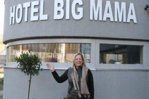 Clarissa Meier steht vor dem Schriftzug Hotel Big Mama