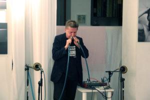 Musikalische Performance von Grzegorz Pleszynski bei einer Ausstellungseröffnung in der art.endart Galerie in der Drontheimer Straße. Foto: Hensel
