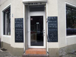 Das Café Motte an der Ecke Nazarethkirchstraße und Malplaquetstraße. Foto: Hensel