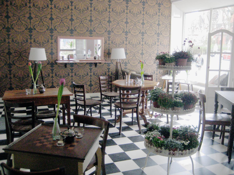 Mit Pflanzenpyramide und viel Licht: das Café Motte. Foto: Hensel