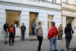 Vor dem Prima Center in der Biesenthaler Straße startete die Führung durch die Kolonie Wedding. Foto: Hensel