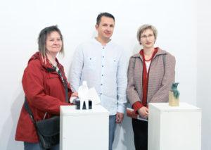 Gruppenbild mit Künstler in der Mitte: Nikola Smilkov stellt im Prima Center in der Biesenthaler Straße aus. Foto: Hensel