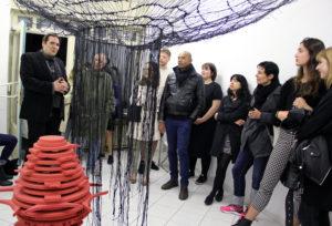 Künstler Anssi Taulu (links) kommentiert seine Arbeit bei der Vernissage in der Toolbox in der Koloniestraße. Foto: Hensel