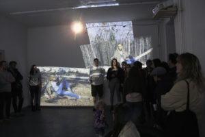 """Ausstellungsbesucher betrachten die audioviduelle Installation """"Mona Lisa - Plays in Space"""" im Uhrwerk in der Soldiner Straße. Foto: Hensel"""