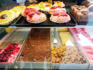 Es gibt jede Menge Süßkram im Frühstückshaus in der Prinzenallee. Foto: Stöckel