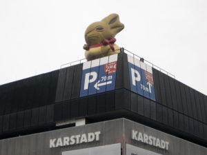 Mit Hase: Karstadt am Leopoldplatz in der Müllerstraße Ostern 2018. Foto: Hensel