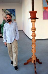 Marco Bruzzone vor seinem Werk in der Ausstellung I AM LARGE (c) Foto von Susanne Haun