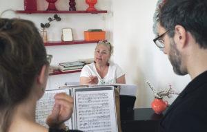 Margo Weiskam begleitet zwei Gesangsschülerinam Klavier. Foto: M. Weiskam
