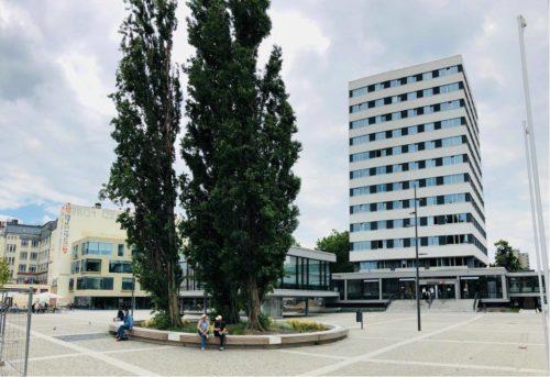 Man sieht Rathausvorplatz Jobcenter Schiller-Bibliothek Foto: Joachim Faust