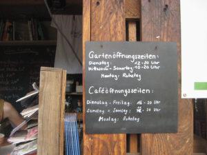 Schild mit den Öffnungszeiten des Gemeinschaftsgarten Himmelbeet. Foto: Hensel