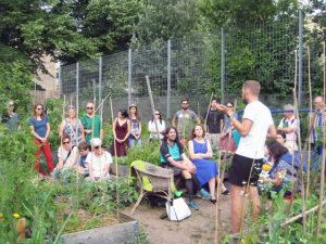Führung im Himmelbeet: Toni Karge erklärt den Zuhörern das Projekt. Foto: Hensel