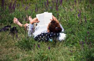 Auf der Wiese liegen uns lesen: das ist Sommer! Foto: Sulamith Sallmann