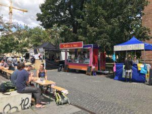 An der Schinkelkirche sind die Streetfood Stände und Biertische aufgebaut (c) Foto von Susanne Haun