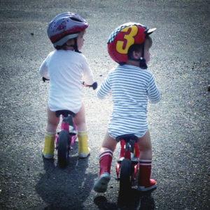 Kinder auf Laufrädern. Foto: Andreas Oertel