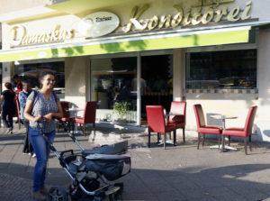 Autorin Sherin vor der Damaskus Konditorei in der Müllerstraße. Foto: Gitta Kilada
