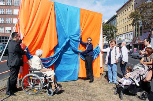 """Bezirksbürgermeister Stephan von Dassel enthüllt ein Bild der Ausstellung """"Mein Wedding 5"""". Foto: D. Hensel"""