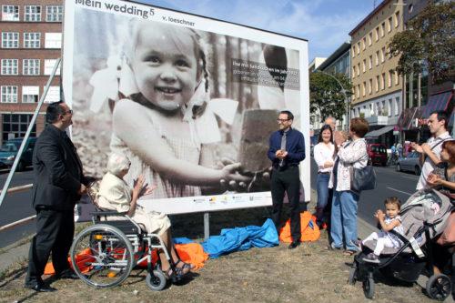 """Enthüllung eines Bildes der Ausstellung """"Mein Wedding 5"""" auf der Müllerstraße. Foto: D. Hensel"""