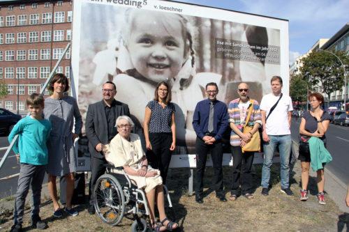 """Bezirksbürgermeister Stephan von Dassel (mit Kravatte) mit den Menschen, deren Arbeiten für die Ausstellung """"Mein Wedding 5"""" auf der Müllerstraße ausgewählt wurden. Foto: D. Hensel"""
