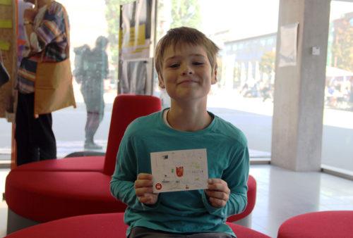Jakob Hensel mit seiner Zeichnung im Postkartenformat. Foto: D. Hensel