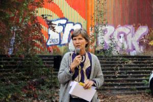 Silke Riechert, die ein Kunstprojekt mit Kindern zur Nutzung des Geländes gemacht hat. Foto: Hensel