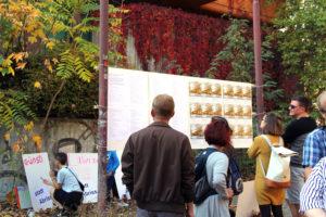 Auf der Wand steht eine Liste mit Unterstützern des Projektes pswedding. Foto: Hensel