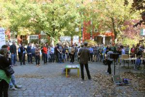 Kundgebung in der Swinemünder Straße. Foto: Hensel