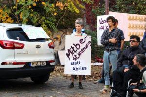 Besucher der Kundgebung mit Plakat. Foto: Hensel