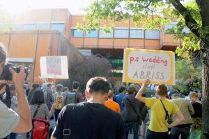 Plakate bei der Kundgebung von der ehemaligen Schule. Foto: Hensel