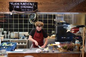 """Fraser in Aktion - beim Kochen im """"Hirsch & Hase"""". Foto: Elsa Böhm"""