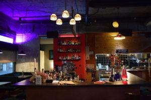 Klein aber fein: der Tresen im Gastro Pub in der Brunnenstraße. Foto: Elsa Böhm